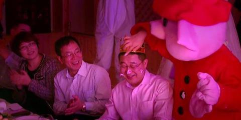 惊爆!网友实拍朝鲜风情生日宴