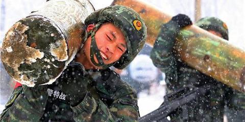 """大雪天 陕西武警特战队野外""""魔鬼""""训练"""