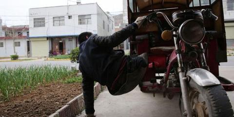 靠废轮胎当腿行走50年 他还登顶华山