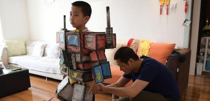 西安80后老爸为儿子打造变形金刚盔甲