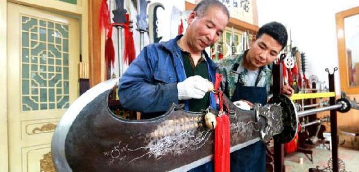 周至铁匠父子打造160斤青龙偃月刀