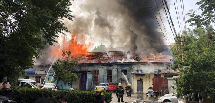 西安环城东路建国门外房屋起火