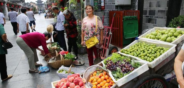 农妇卖水果 一板车五颜六色太诱人