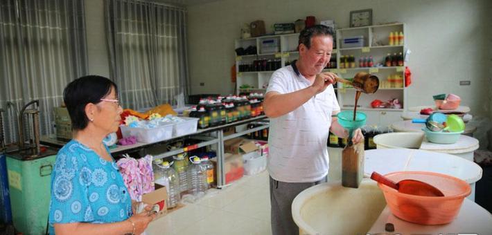 周至七旬老人用粮食做良心醋43年