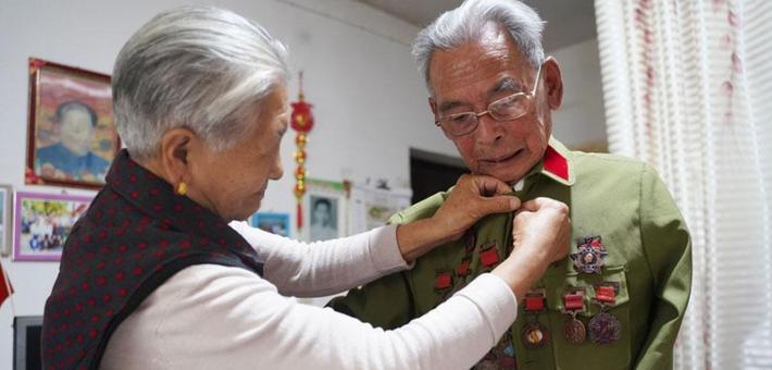 石泉85岁独臂老兵的暖心行动