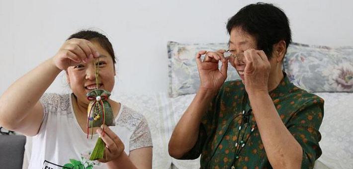 西安七旬布偶奶奶教农妇做香包