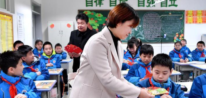 """西安一小学为孩子们发放""""心愿红包"""""""