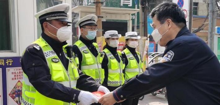 """渭南市公安局交警支队慰问""""口罩脸""""网红交警赵旭东"""