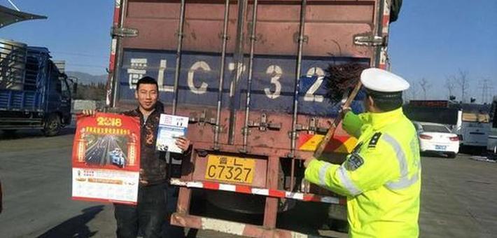渭南高交大队开展冬季交安宣传