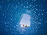 冰岛:摄影师拍摄冰洞入口友人,宏伟自然面前方显人类