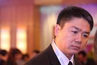 刘强东案未剪辑视频细节:给女生披外套 下车后手挽手