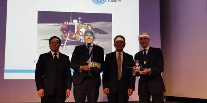 嫦娥四号团队获英国皇家航空学会2019年度团队金奖