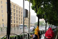 上海穿外卖员衣服男子撞倒他人离开现场:警方调查中