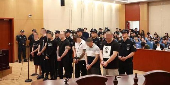 """""""校园贷""""违法获利数百万 杭州一涉黑组织12人获刑"""