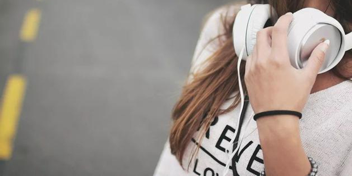 天天离不开耳机?50%年轻人有耳背风险 还容易痴呆