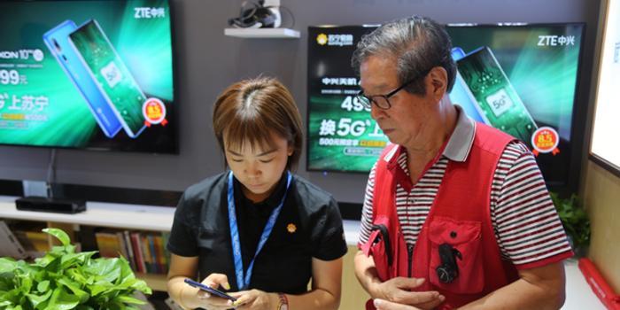 首款5G手机卖出 78岁老工程师成全国首位买家