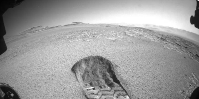 NASA好奇号火星车在红色星球上留下痕迹