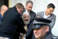 """厄瓜多尔撤回庇护 阿桑奇在伦敦被捕时高喊""""RESIST"""""""