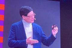 联想CEO杨元庆展示摩托罗拉Razr折叠屏手机