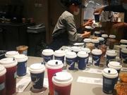 实地探访瑞幸咖啡门店:取餐人员爆满 部分原材料告急