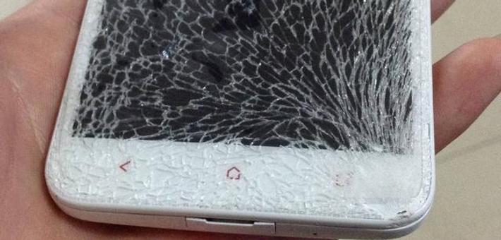 一加广告新套路:当场摔碎路人手机
