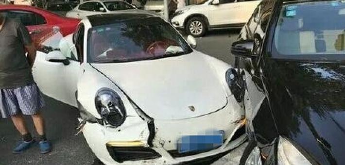 天津一球员酒后驾车出事故 造成7车受损
