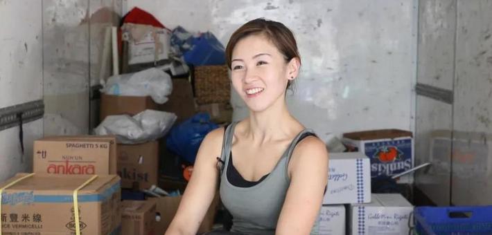 """""""港版劳拉""""被称香港最性感女搬运工"""