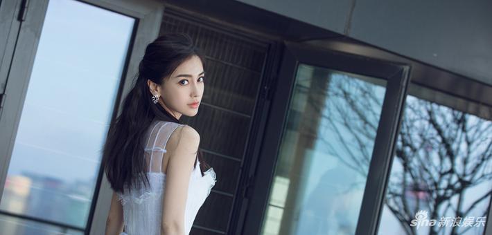 Angelababy白裙倩影女神范十足
