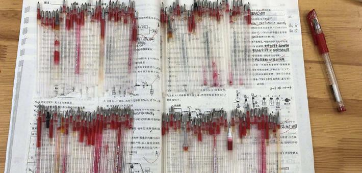 高三老师一年用完110根红笔芯