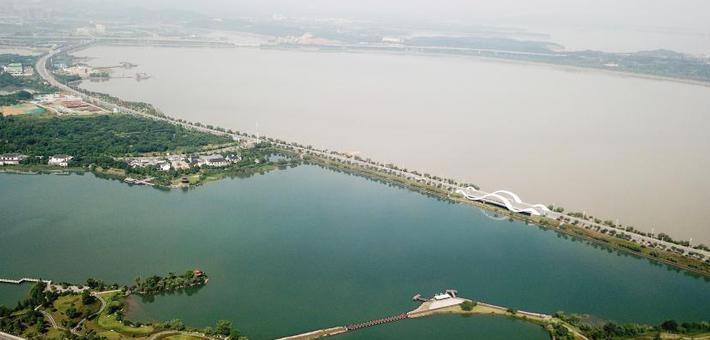 """九江八里湖现""""一湖双色""""景观"""