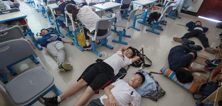 """中小学生自备""""午睡神器""""席地而睡"""