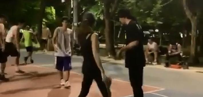 周杰伦晒与昆凌打篮球画面