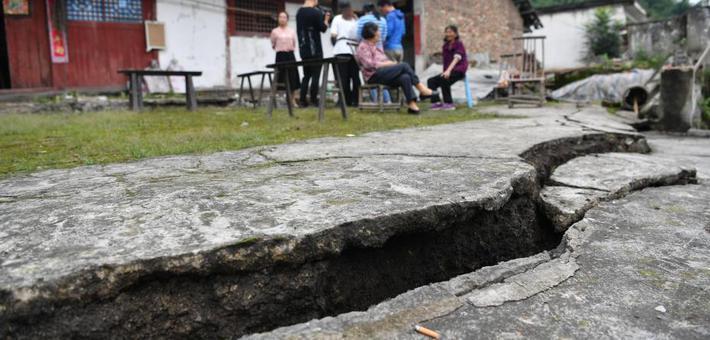四川宜宾长宁震中地面出现巨大裂缝