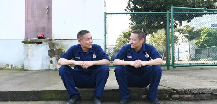 双胞胎消防员在防汛一线不期而遇