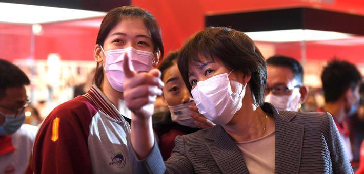郎平参观《国家荣誉—中国女排精神展》