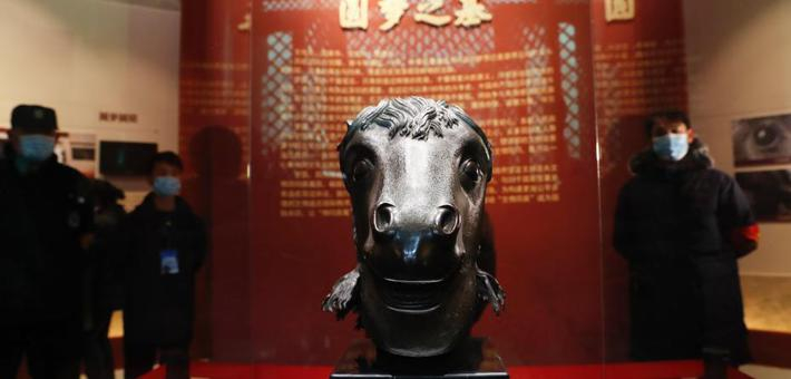 流失海外160年马首铜像重回圆明园