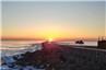 当海滩遇上日出 东疆湾