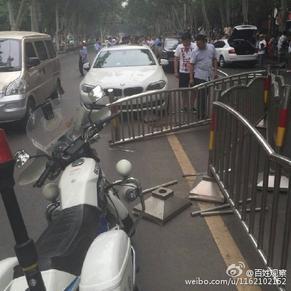 相撞 网友 这车祸太贵 -洛阳街头宝马与劳斯莱斯相撞 手机新浪网