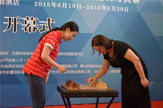 棋手沈阳与无锡市体育局局长陆惠玲为大赛开棋