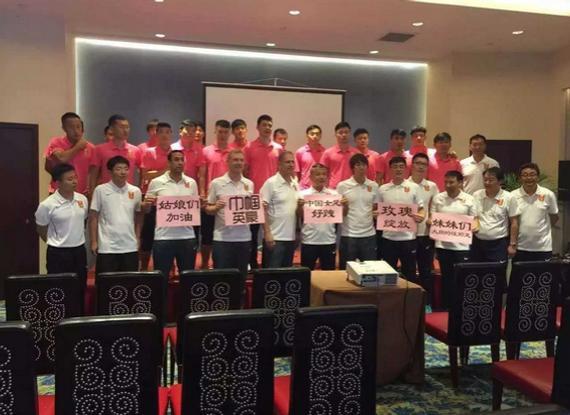 中国男足为女足加油