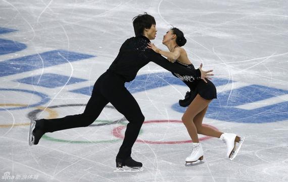 新浪体育讯  介绍   花样滑冰是技巧与艺术性相结合的一个冰上运动项目。在音乐伴奏下,在冰面上滑出各种图案、表演各种技巧和舞蹈动作,裁判员根据动作评分,决定名次。国际滑冰联盟规定的比赛项目有单人花样滑冰、双人花样滑冰和冰上舞蹈 3个项目。   运动历史   花样滑冰起源于18世纪的英国,后在德国、美国、加拿大等欧美国家迅速开展。1772年,英国皇家炮兵中尉罗伯特琼斯(Robert Jones)撰写的《论滑冰》(A Treatise on Skating)在伦敦出版,这是世界上第一部有关花样滑冰的著作。