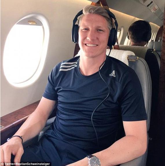 施魏因施泰格在飞机上拍照 飞赴曼彻斯特