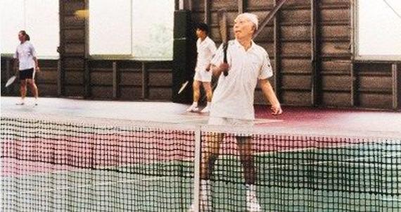 万里在网球场上