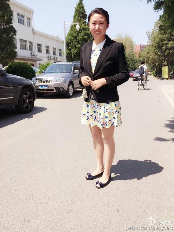 新浪体育讯  北京时间7月20日消息,退役后沉寂许久的郭跃有了新动向,她在微博晒出清华大学-香港中文大学金融财务MBA录取通知邮件,看来过完暑假,郭跃就要去读书深造了。   7月17日是郭跃27岁生日,生日刚过完,郭跃就收到了又一份大礼录取通知。难怪郭跃在微博写道:最近喜事连连啊。   郭跃是中国乒坛最有天赋的选手之一,1988年出生的她跟李晓霞、张继科、马龙这些如今国乒的中流砥柱是同龄人。但郭跃却是不折不扣的前辈,她2004年世乒赛就拿到了世界冠军,是国乒历史上最年轻的世界冠军,并参加了雅典奥运会