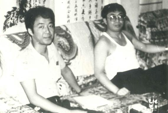 作者梁平在聂卫平家里客堂采访后留照。孔祥明摄