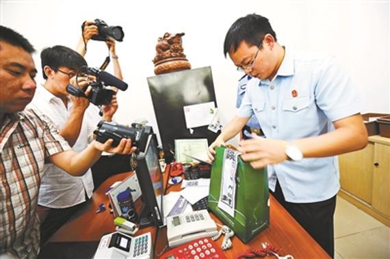 法官扣押了该公司的公章和部分现金 (摄影:袁艺)