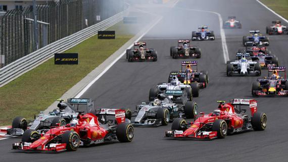 两部法拉利赛车超过两部梅奔赛车