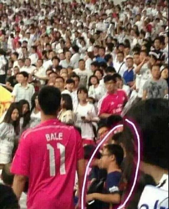皇马看台上穿巴萨球衣的球迷