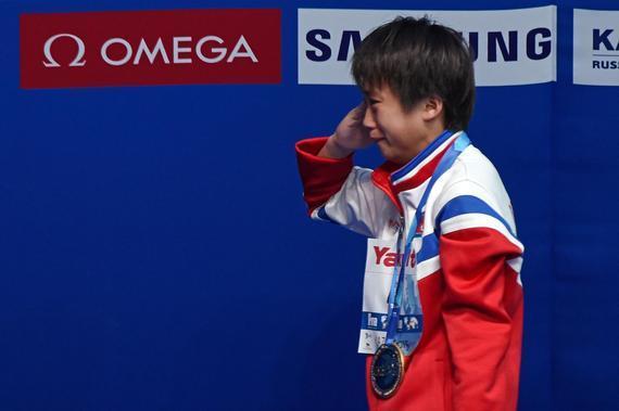 金云香在领奖台上流泪