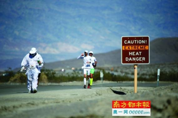 美国恶水217千米超马情况刻薄,80岁老者不惧参赛。